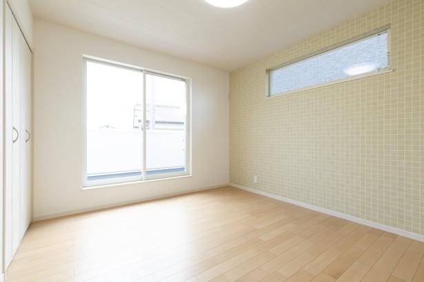 大きな窓からは光が差し込み、明るい空間となっています。