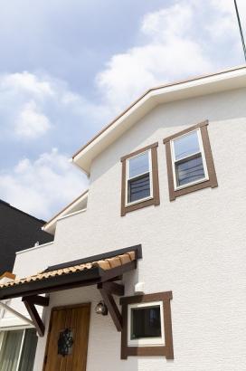 瓦の屋根や窓モールが可愛らしさをアップ。
