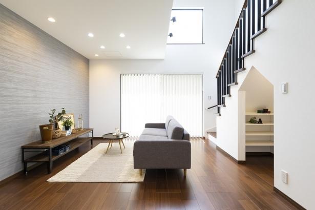 白を基調とした壁紙にブラックウォールナットの濃い色味を合わせたシンプル&高級感漂う内装です。