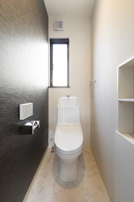 清潔感のあるお手洗い。壁面収納付きでごちゃごちゃしがちなトイレ回りのすっきりと。