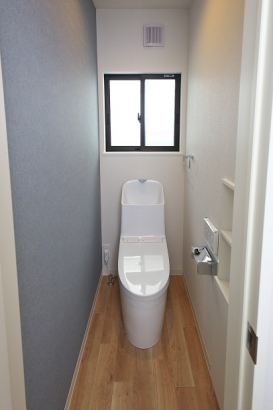 家計に嬉しい節水型のトイレ。収納付きなのでスッキリ片付き、清潔感が保てます。