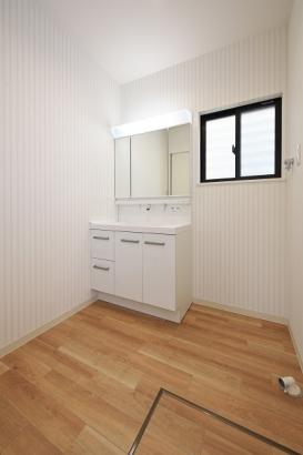 三面鏡の洗面台や、洗濯機も置ける広々とした洗面所です。