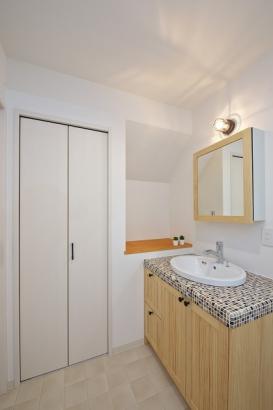 モザイクタイルが可愛いこだわりの洗面所。ストックなどもしまえる収納付き。