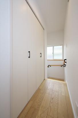 2階ホール収納。掃除用具やお子様の成長の保管場所としても。