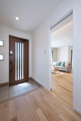 ホールからはLDK、洗面所、お手洗いの3方向に繋がっています。