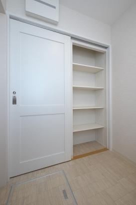 洗面所の扉を閉めると現れる洗面所収納。タオルや衣類、洗剤のストックなどの保管場所として。