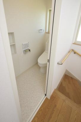 主婦に嬉しい節水型のトイレ。1階と2階の両階にあります。