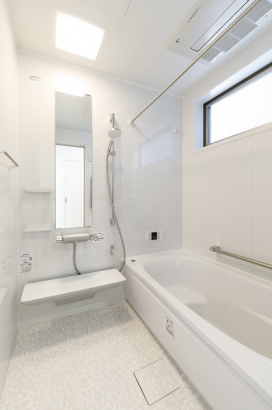 清潔感のある浴室。浴室暖房乾燥機付きで雨の日の洗濯物も安心です。