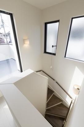 階段ホールから出入り出来るバルコニー。お部屋を通らずすぐに洗濯物が干せます。