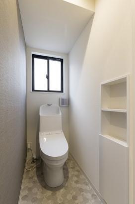 家計にやさしい節水型のトイレ。壁面収納付きなのでトイレ回りもスッキリ。