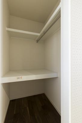 和室には押入の他にもウォークインクロゼットが。2ヶ所の収納で来客用寝具や子供のおもちゃなどの収納に便利です!