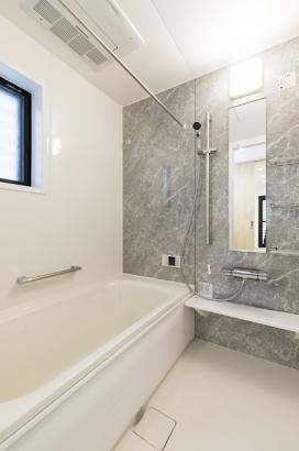 清潔感のある洗面所。浴室暖房乾燥機付きなので雨の日の洗濯物にも困りません。