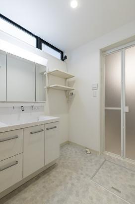 白で統一された爽やかな洗面所。洗剤やハンガーを置ける棚が2段付いています。