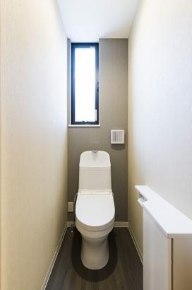 主婦に嬉しい節水型のトイレ。収納付きでごちゃごちゃしがちなトイレ回りもスッキリ清潔に保てます♪