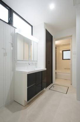 玄関ホール⇔洗面所⇔リビングの動線で帰ってきてすぐに手洗い、うがいができます。