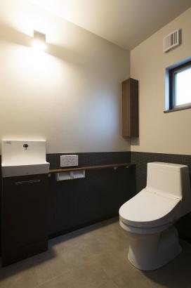 トイレに収納付きの手洗い場を設置して、清潔に賢く収納を。