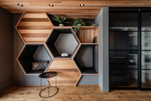 ヘキサゴン型の壁面デザイン。音楽を聴いたり本を読んだりできる秘密基地のようなプライベート空間になっています。