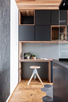 キッチン横の作業カウンター。本を読んだりレシピを見たり、家事動線上にあり使用用途は様々です。