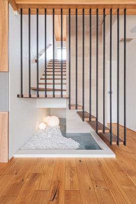 リビングにあるスケルトン階段。光がLDKに届くよう、手すり壁をスリット状に付けています。