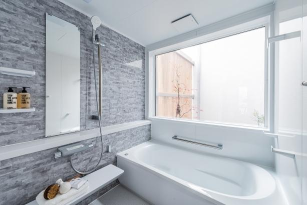 広々としたお風呂。窓から中庭を眺められる贅沢空間。一日の疲れも吹き飛びリラックスできます。