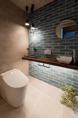 清潔感のあるお手洗い。間接照明やペンダント照明でお店のような雰囲気に。