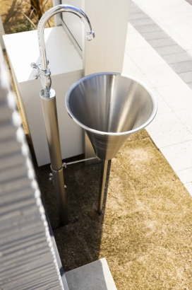 アプローチには手洗い水栓が付いています。家の中に入る前に手が洗えるので、ウイルスを中に持ち込む心配がありません。