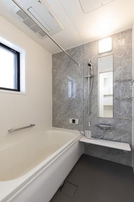 石目調のアクセントパネルで清潔感のある浴室。