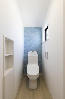 主婦に嬉しい節水型のトイレ。収納付きでごちゃごちゃしがちなトイレ回りもスッキリ清潔に保てます。