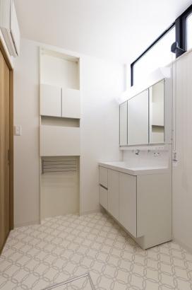 壁厚を有効活用した便利な収納スペース。カウンターも付いており、作業がしやすいです。