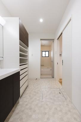 SICやLDKと繋がるゆったりとした洗面所。家事の際にとても助かる回遊動線です。