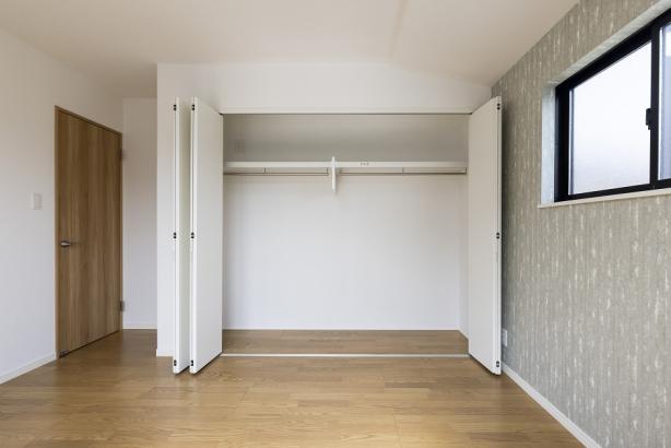 大容量の壁面収納。衣類だけでなく、季節物の家電やスーツケースなども収納可能。