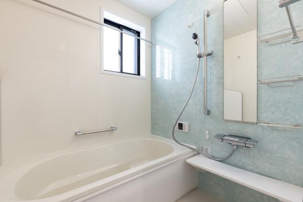 淡いブルーのアクセントパネルが清潔感のある浴室。浴室乾燥機付きなので雨の日の洗濯物も安心です。