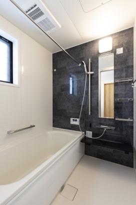 ブラックのアクセントパネルで清潔感と高級感ある浴室に。浴室乾燥機付きで雨の日の洗濯物も安心です。