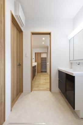 キッチン&リビングと2方向から繋がる洗面所。壁面収納もあり、洗濯物や洗剤のストックなども置いておけます。