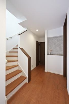 家族のプライバシーも保てるホール階段。大きなニッチが家族やお客様をお出迎え。