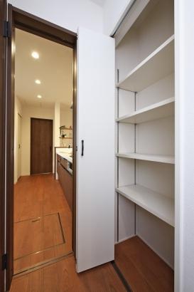 ホールに設けた収納は家族共有の物の収納スペースとして重宝します!