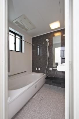 清潔感のある浴室。浴室暖房乾燥機付きで雨の日の洗濯物も困りません。