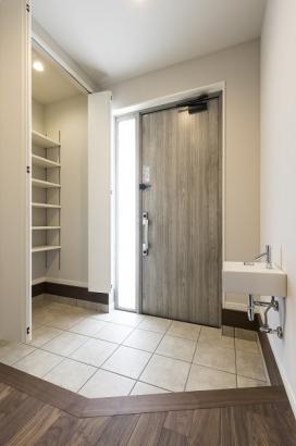 玄関には大容量のウォークインクロゼット。家に入ってすぐの場所には玄関水栓が付いており、帰宅後すぐに手が洗えるので家の中にウイルスや汚れを持ち込む心配が減りますね。