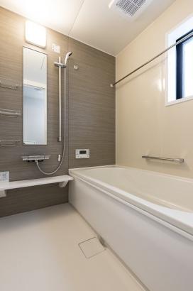 清潔感のある浴室。浴室換気暖房乾燥機付きで雨の日の洗濯物にも困りません。