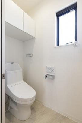 主婦に嬉しい節水型のトイレ。収納付きなので、ごちゃごちゃしがちなトイレ回りもスッキリ清潔に保てます。