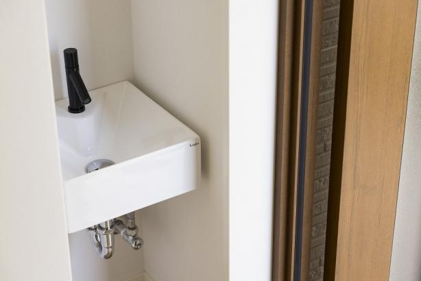 玄関を入ってすぐの場所に手洗い器を設置。 ウイルスを部屋の中に持ち込みません。