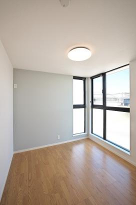 約5.23帖の洋室。大きな窓からは明るい光が差し込みます。