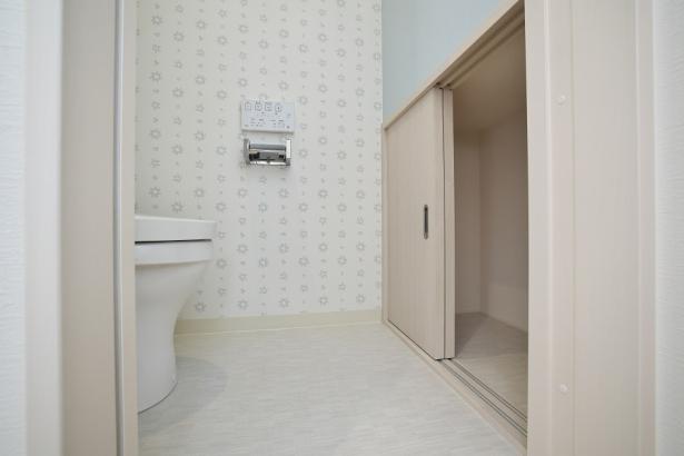 トイレ前には階段下のデッドスペースを利用した収納が。掃除道具やストックなど、見せたくない物を隠せます。