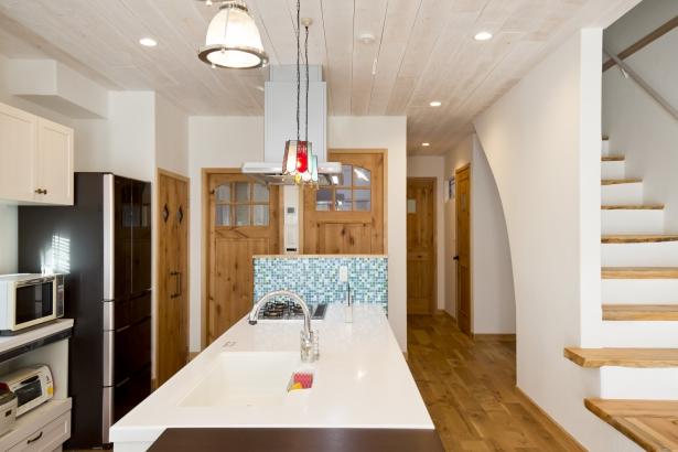 店舗厨房のような土間スタイルのキッチン