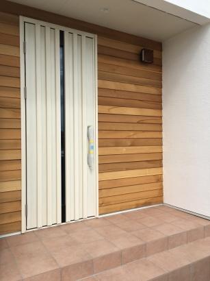 玄関のアクセントに無垢の板張りを採用