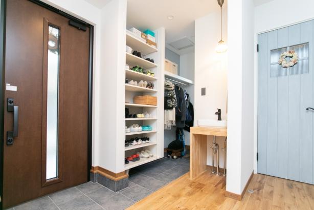 オープンな土間収納のある玄関。帰ってきたらすぐに手があらえるようにホールにはオシャレな手洗いを♪