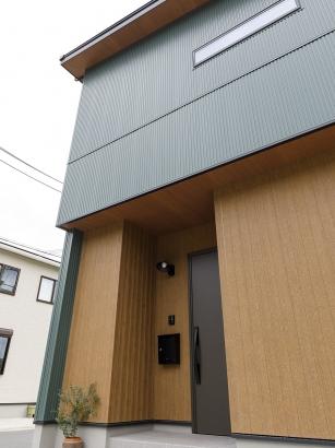 軒天(屋根の裏部分)も同じ木目の外壁とあわせている