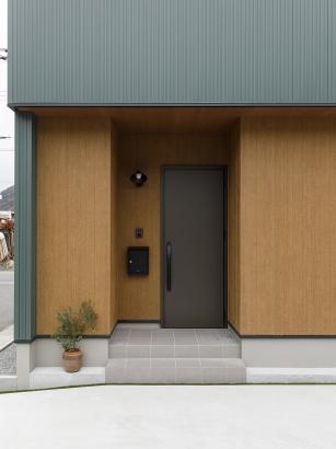 玄関照明、表札、インターホン、ポストを一直線に揃えて配置