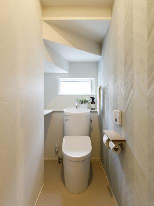 階段下スペースを活用したトイレ