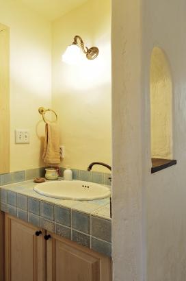 輸入の手洗いボウル、風合いのあるタイルで造作した洗面台